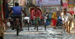 রাজধানীর কামরাঙ্গীরচরে ভাঙা-চোরা রাস্তায় দুর্ভোগে এলাকাবাসী