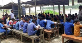 নদী গর্ভে  বিলীন স্কুলভবন, খোলা আকাশের নিচে শিক্ষার্থীরা