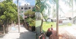 রাস্তার মাঝে বিদ্যুতের খুঁটি, দুর্ভোগে এলাকার বাসিন্দারা